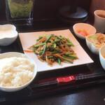 127829091 - 【日替わりランチ】(1000円税込)にんにくの芽と豚肉の塩炒め。