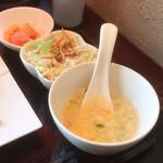 127829096 - サラダ、小鉢、スープ付き。