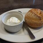 カルネジーオ ウエスト - 燻製バター付きの自家製パン