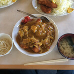 かねよ食堂 - 小鉢、お味噌汁付きで930円税込