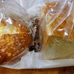 ハートブレッド アンティーク - 左 とろりんチーズフランス529円。右 ぞっこん食パン斤270円。