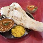 インドレストラン ニューカリカ - カレー量は満足。ナンサイズも満足。ライス付き。 味は全体的に淡白気味。
