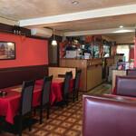 インドレストラン ニューカリカ - この先の調理場前もテーブル席があります。