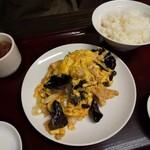 東京亭 - キクラゲと玉子の炒め+半ライス・スープ(890円)」