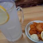 味平 - ドリンク写真:レモンチューハイ(400円税込)と、お通し