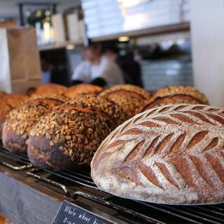 厳選素材にこだわった、身体に優しい風味豊かな焼き立てのパン