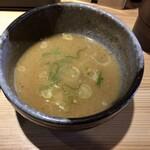 背油とんこつらーめん 雷門 - 割スープ入れ。ネギ追加してくれた。