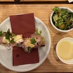 キッチュ食堂 - クリームチーズ&サラダベースのモチダヨネサクから ローストポーク 700円