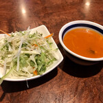 127951747 - サラダとスープ。スープもスパイシーで美味しいです☆彡
