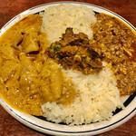 127951917 - あいがけカレー、チキンと、キーマ。ご飯は、日本米。
