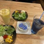 Soup Curry 笑くぼ - サラダと飲み物