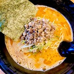 博多とんこつラーメン しろひげ - 泡泡な豚骨スープ、風味がしっかり感じられるパンチの効いた一杯
