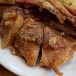 うどん市場 - 骨付き鶏は食べ方指南に従って、ハサミでカット(^^♪