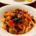 ディッシュ サカイマチ - 春野菜のトマトソースパスタ:麺の太さと固さが絶妙