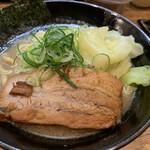麺屋えびす - 料理写真:醤油豚骨ラーメン 800円