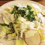ニホンバシ・ブルワリー - かなりの量。まんま同量のお代わりあり。白菜、ラディシュ、塩こぶ、フレンチドレッシング
