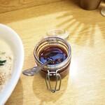 麺処あずき - 自家製辣油。