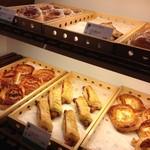 カフェソラーレ - こんな感じでパンも買って食べれます。