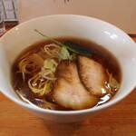 中華そば 閃 - 料理写真:醤油中華そば(800円、斜め上から)