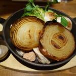 やさいの王様 - オーブンで長時間ローストしたトロっと甘い淡路島フルーツ玉ねぎの皮付きグリル