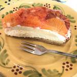 パティスリー・アラカンパーニュ - タルト生地のちょうどいい粒感と生地の甘み。しかしブラッドオレンジはフォークで切りにくいな。