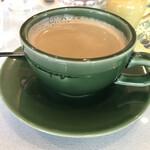 パティスリー・アラカンパーニュ - コーヒー。カップの色合いが良い。ティースプーンがいつもカメレオンの尻尾みたいだなと思う。