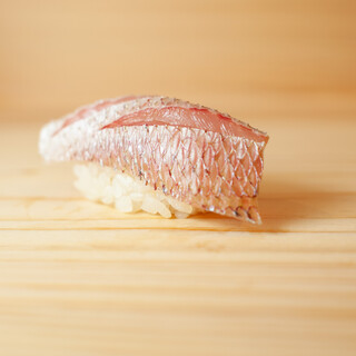 季節に合わせて、新鮮な魚介類を仕入れてご提供しております。
