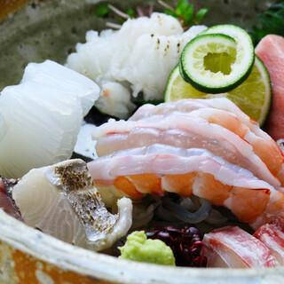 四季折々の旬魚と野菜を厳選。のどぐろやキンキの炭火焼も好評