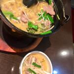 蓬溪閣 - ラム肉を煮込んだ酸辣湯です オレンジ色のスープが印象的