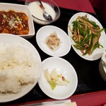 中国料理 萬里 - 日替わり定食。今日は青椒肉絲。麻婆豆腐と杏仁豆腐付き。