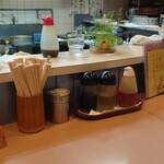 与志富 - 料理写真:カウンターの卓上