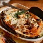 128139967 - 米なすミートソースチーズ焼                       お皿替わりの米なすの皮は食べられません。