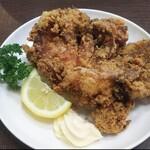 肉汁うどん 利八 - もも1本揚げ鶏
