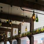 トラットリア・アリオリ - ライトのカバーはワインボトル