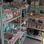 洋菓子とパンのアトリエ マミス - お店の中はとても狭い!