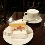 128181085 - レアチーズケーキ270円、ガトーフレーズ390円、カフェオレ400円。