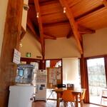 湖麺屋 リールカフェ - 内観写真:天井の高いお洒落な内装です。