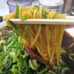 新福菜館 本店 - 麺も少し黒い