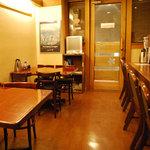 ユキガヤ食堂 - カウンター席とテーブル席