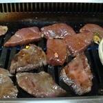 味楽来 - カルビとレバーと大アサリを焼く。炭火ではない。