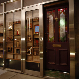 入り口正面アンティークガラスケースが特徴的