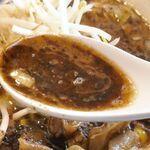 みそ味専門 マタドール - スープを飲んでみると、山椒のしびれるような辛味とともに、味噌のコクがバランス良く効いてウマー!