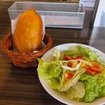 ミーフバー - ピロシキとセットのサラダ