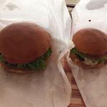 128222242 - ランチセットの牛肉バーガー、プチサイズのスイスきのこバーガー(サイズの比較)