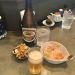 支那そば めでた屋 - ビール500円、無料のメンマ、おつまみチャーシュー400円