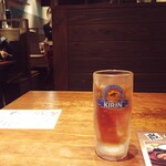 京ホルモン蔵 - テーブルの様子。麦茶がジョッキで出てきます。