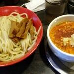 勢拉 - つけ麺(中盛)・極太黒メンマトッピング・辛味トッピング・ネギ増し・胡椒、一味唐辛子、おろしニンニクいっぱい