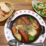 128255809 - 焼きカマンベールとソーセージのオニオンスープ(ミニサラダ、バケットスライス3枚付き)
