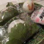 餅屋伝助 - 柏餅(あずき、みそ)\135 うさぎ餅\110 桜大福餅\130