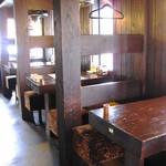 ビストロ - 全て木製のテーブル席